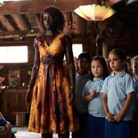 Lupita Nyong'o está toda suja de sangue em filme de zumbi