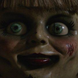 Novo cartaz de 'Annabelle 3: De Volta Para Casa' evoca o primeiro filme do universo