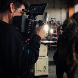 Zack Snyder nos bastidores da próxima super produção de zumbis da Netflix