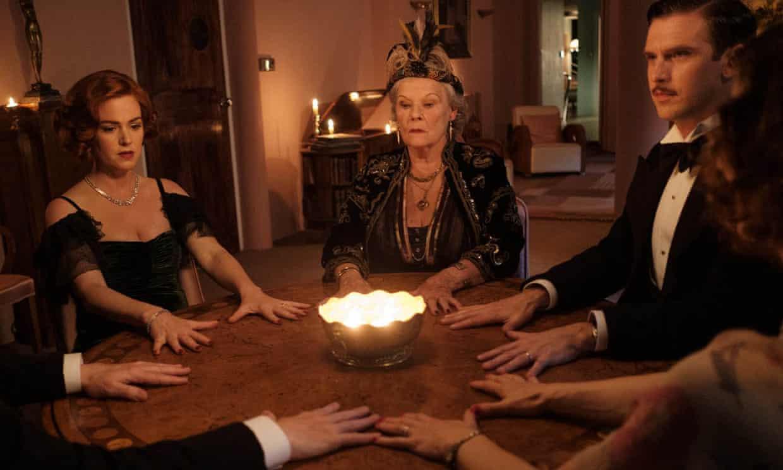 """Médium Invoca Acidentalmente Fantasma da Ex Esposa de um Escritor em """"Blithe Spirit"""""""